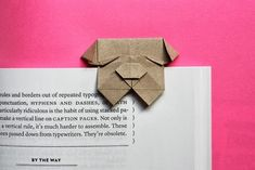 Fold an origami bulldog bookmark. marque-page chien Box Origami, Origami And Kirigami, Origami Paper Art, Origami Bookmark, Diy Paper, Paper Crafts, Origami Envelope, Dollar Origami, Easy Origami