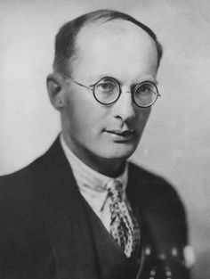Bronisław Kasper Malinowski foi um antropólogo polaco. Ele é considerado um dos fundadores da antropologia social. Fundou a escola funcionalista.
