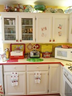 When you speak about various designing styles for your kitchen, the thing that arrives to your brain is the retro kitchen style. Red And White Kitchen, Cherry Kitchen, Red Kitchen, Kitchen Redo, Country Kitchen, Vintage Kitchen, Kitchen Remodel, Retro Vintage, Kitchen Ideas