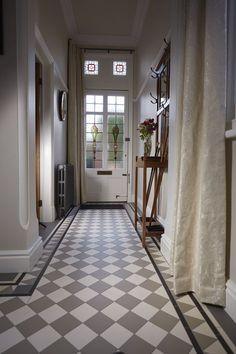 22 Ideas for round stairs design railings Victorian Hallway Tiles, Edwardian Hallway, Victorian Flooring, Tiled Hallway, Hallway Ideas Entrance Narrow, White Hallway, 1930s House Interior, Round Stairs, Hall Tiles