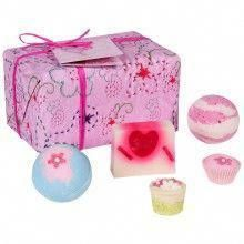 cdf94eeb201 Bomb Cosmetics – Pretty in Pink – Coffret cadeau – Produits de bain:  Handmade, hand-wrapped and tied with ribbon and raffia, these…