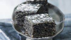 Jen v zemi, kde mák milují a kde se pěstuje ve špičkové kvalitě, mohl vzniknout podobný dezert: máku je v něm stejně, jako mouky. V této podobě se peče například v kuchyni slavného hotelu Alcron.
