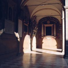 Oggi con questo sole i #Portici_di_Bologna danno il meglio di sè!  Questo è quello dell'Archiginnasio antica sede della prima Università oggi sede della Biblioteca più grande dell'Emilia Romagna.  #MyBologna di @Ann_Mela per #Twiperbole  #Bologna #TurismoER #Italy by twiperbole