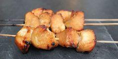 Møre og saftige kyllingespyd med den lækreste honningmarinade, der giver kyllingen en sødlig og karamelliseret overflade. Lad gerne marinaden trække så lang tid som muligt – dog mindst en time.