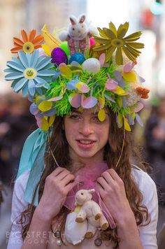 Its great to see someone going all out for the NYC Easter Bonnet parade. Crazy Hat Day, Crazy Hats, Easter Projects, Easter Crafts, Easter Ideas, Happy Easter, Easter Bunny, Easter Bonnets, Easter Hat Parade