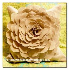 Almohada de fieltro con rosas ~ Portal de Manualidades