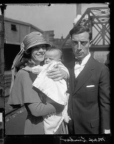 Getrouwd acteurs Buster Keaton en Natalie Talmadge staande op een perron met hun baby Joseph Chicago Illinois 1922 van de Chicago Daily ...