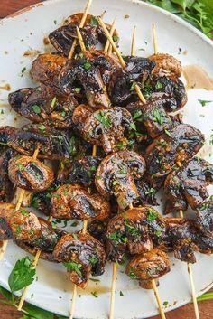 Comment on fait ? On fait mariner des champignons de Paris, coupés en quatre, avec 2 cuil. à soupe de vinaigre balsamique, 1 cuil. à soupe de sauce soja, 3 gousses d'ail hachés, 1 cuil. à café de thym haché, du sel et du poivre. On pique les quartiers de champignons sur des brochettes et on...