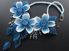 Flores de volumen collar de perlas de azul