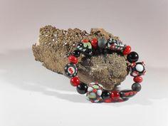 Millefiori-Armband, handgefertigtes Einzelstück, Länge ca. 19 mm, Millefiori-Perlen, rot-weiss-schwarze Glasperlen, verschiedene Formen bis 16 mm Länge, Glasperlen schwarz 12 mm, Elastikband