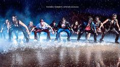 Dieser Beitrag beschreibt die Emotionen, die sich hinter der Poträtfotografie verbergen. Bei diesem großen Fotoprojekt wurden Tänzer im Regen fotografiert.