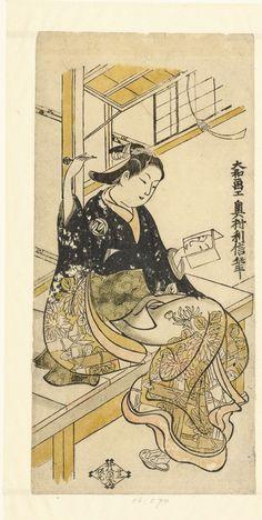 Okumura Toshinobu   Vrouw met handspiegel, Okumura Toshinobu, Izutsuya (Sanemon; Seisuio), 1728 - 1732   Vrouw in kimono met patroon van door hekwerk groeiende chrysanten, zittende op veranda, in linker hand een spiegel waarin de weerspiegeling van haar gezicht, in rechter hand een haarpen.