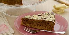 La torta gianduia è un dolce goloso realizzato con impasto di cioccolato gianduia decorata con crema alle nocciole e scaglie di cioccolato bianco.