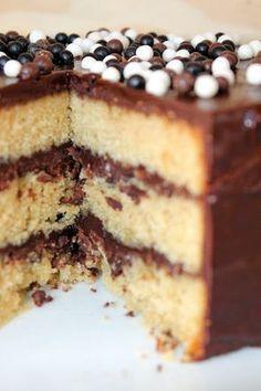 Flo bidouille en cuisine: Le layer cake le plus simple du monde ! Sweet Recipes, Cake Recipes, 2 Layer Cakes, Ganache Cake, Nutella Cake, Best Sweets, Sweet Cakes, Cakes And More, Food Design