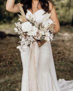 157 Likes, 9 Comments - caroline Neutral Wedding Flowers, White Wedding Bouquets, Wedding Flower Arrangements, Bride Bouquets, Flower Bouquet Wedding, Bridesmaid Bouquet, Wedding Bells, Boho Wedding, Floral Wedding