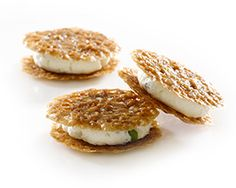 Lace biscuit with cashew nuts with fresh goat's cheese
