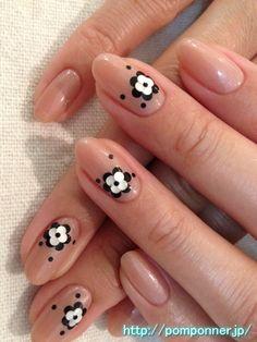 Simple black and white to beige flower nail    シンプルベージュにモノトーンのお花ネイル