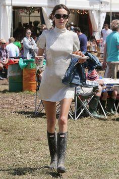 Galeria de Fotos De shorts e galocha: Alexa, Cara, Kendall em 30 looks de streetstyle no Glastonbury // Foto 11 // Notícias // FFW