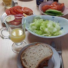 「 #아침식사 는 거하게...누가 아침밥 차려주는거 오랜만이다.. #호밀빵 에 #연어 랑 간단한 야채, 그니고 #샐러드  #맛있다! 시간은 #브런치 셀프 #연어샌드위치 #맛 #집에서 #홈메이드 #맛스타 #homemade #food #instafood #foodporn… 」