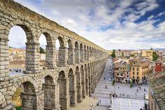 Acueducto de Segovia.  El acueducto de Segovia se construyó en siglo I antes de Cristo y se ha mantenido en pie hasta la actualidad, a pesar de ser levantado con sillares de granito asentados sin argamasa. En su parte más alta mide 28 metros y tiene dos órdenes de arcos sobre pilares (166 arcos en total). El monumento romano fue declarado patrimonio mundial en 1985.