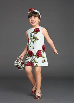 Every parents who had a daughter must understand that sometimes we want to make them wearing a pretty floral dress, especially in a special occasion like a wedding party or to a family gathering. Outfits Niños, Baby Outfits, Little Girl Dresses, Girls Dresses, Moda Kids, Dolce And Gabbana Kids, Stylish Kids, Fashion Kids, Kind Mode