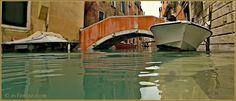 Acqua Alta Venise 1er Novembre 2012 : Le rio de Ca' Widmann, tellement haut que ce bateau a été déposé sur la rive ! Dans le Sestier du Cannaregio à Venise.