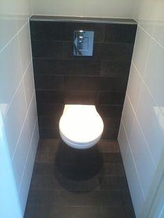 Toilet met grote tegels en clou fonteintje toilet en for Tegels wc voorbeelden