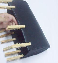 Hoje vou mostrar como fazer uma bolsa carteira. Essa bolsa vem conquistando espaço a cada dia. Todo mundo acha que ela é feita somente par...