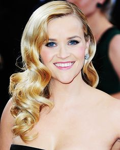 Hair Styles 2018 Reese Witherspoon may have had the prettiest hair on the Oscars red carpet, with her glamorous Old Hollywood waves. Retro Hairstyles, Ponytail Hairstyles, Wedding Hairstyles, Hair Ponytail, Oscar 2013, Prom Hair Updo Elegant, Old Hollywood Waves, Red Carpet Hair, Beautiful Long Hair