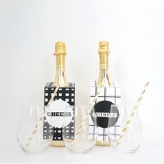 Add some jazz to your wine bottles with these Monochrome-themed tags! Wine And Liquor, Liquor Bottles, Party Printables, Free Printables, Free Black, Black And White, Wine Tags, Wine Parties, Party Ideas