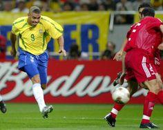 Copa de 2002 - Ronaldo chuta de bico para fazer gol do Brasil na dura vitória por 1 a 0 sobre a Turquia, na semifinal da Copa