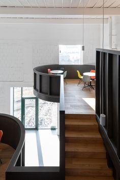 Für den Umgang mit Bestandsbauten gibt es verschiedene Konzepte, die von sensibel bis radikal alles dazwischen einschließen. CHYBIK + KRISTOF ARCHITECTS stellen für ihr House of Wine im mährischen Znojmo zwei gegensätzliche Ansätze einander gegenüber und bieten Weinliebhabern dadurch ein eindrucksvolles Raumerlebnis.   Foto: Alex Shoots Buildings Bar Interior, Interior Design, Curved Wood, Furniture Showroom, Tasting Room, Contemporary Architecture, Interior Architecture, Room Set, Brewery
