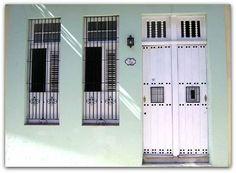 Fachada de la vivienda. Cuba, Colonial, Garage Doors, Outdoor Decor, Home Decor, Havana, Decoration Home, Room Decor, Home Interior Design