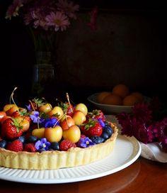 Fresh berry tart recipe, perfect with seasonal summer fruit. Berry Tart, Fruit Tart, Summer Berries, Summer Fruit, Gluten Free Desserts, Just Desserts, Tart Recipes, Dessert Recipes, Tart Shells