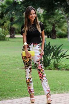 Printed pants and black. Floral Pants Outfit, Casual Chic, Casual Wear, Casual Dresses, Chic Outfits, Fashion Outfits, Pantalon Cigarette, Casual Summer Outfits For Women, Classy Outfits