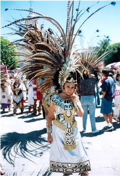 Día de danza Aztec Costume, Mexican Costume, Traditional Mexican Dress, Traditional Dresses, Aztec Clothing, Rockabilly Art, Hair Shows, First Nations, Costume Design