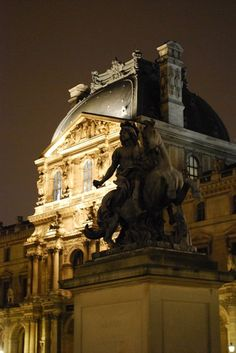 France / Ile-de-France / Paris / Palais du Louvre / Cour Napoléon / Statue de Louis XIV par Le Bernin