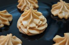 #1 Масляный крем на сахарной пудре Это универсальный крем, подойдет и для прослойки бисквитных тортов, и для украшения, хорошо держит форму,идеален для всевозможных масляных розочек и цветов в малазийской технике, а также для покрытия торта под мастику. Боится тепла. Ингредиенты: 100 гр сливочного масла; 4 ст.ложки сахарной пудры. Инструкция: Для такого крема нужно взять качественное сливочное масло, за счет долгого взбивания вкус у крема не масляный, а сливочный. Сливочное масло должно быть…