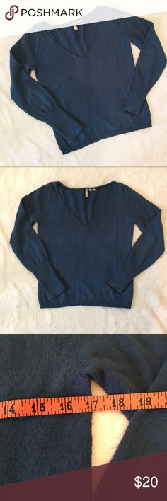 Anthropologie Moth teal v-neck sweater Anthropologie Moth teal v-neck sweater.  Classic sweater, great for all occasions. Slight pull on the v neck and a spot on sleeve (barely noticeable when worn). Priced accordingly. Freshly dry cleaned. Size small. Offers welcome. Bundle and save.   :::B18 Anthropologie Sweaters V-Necks