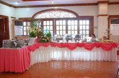 L shaped buffet setup Buffet Set Up, Styling A Buffet, Table Set Up, Red And Black Table Decorations, Diy Party Decorations, Deco Buffet, Catering Display, Catering Buffet, Banquet Tables
