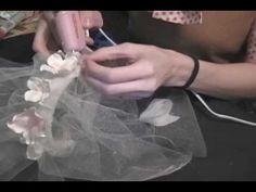 http://manualidadeslahormiga.jimdo.com/ https://www.facebook.com/ManualidadesHormiga?ref=hl con cinta de diferentes anchos puedes armar hermosas flores para ...