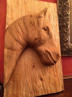 cavallo in cipresso e colorato con galle di quercia