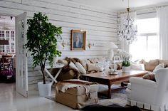Olohuoneen sohvanurkkauksen pöytälamput ja sohvapöytä ovat Punavuoren…