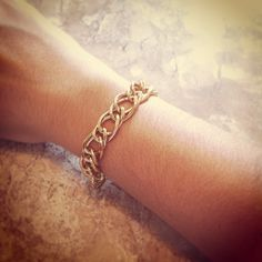 Pulseira Corrente Dourada R$ 20,00.  Comprimento: 16 cm. A pulseira tem fecho lagosta dourado e corrente extensora de 4cm, assim cabe em todos os tipos de braços.  Entregamos para todo Brasil (PAC ou Sedex). Contato: lufbijoux@gmail.com