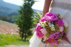 Para el ramo de Cris elegimos una combinacions de colores de la gama del rosa, rosa sweeet, fúcsia blanco i verde fueron los encargados de dar color a su ramo... Las flores peonias, rosa inglesa, rosa, verdes africanos....