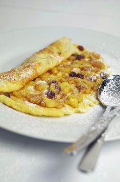 stuttgartcooking: Palatschinken mit einer Apfelstrudel-Füllung und Schlag-Sahne