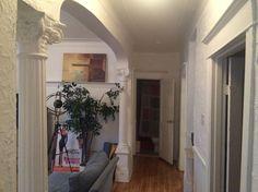 Appartement à Montréal, Canada. Bonjour à tous! Nous somme situés dans le… Room, Inspiration, Home Decor, Bus Stop, Montreal Canada, Bonjour, Bedroom, Biblical Inspiration, Decoration Home