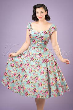De 50s Dolores Peony Floral Doll Dress in Light Blue… één van onze vintage classics! Uniek, vrouwelijk en op en top vintage… dat is onze Dolores! Een gigantische best-seller, keer op keer weer, en waarom is natuurlijk geen verassing. Ze is een ware classic met haar sexy top in carmen style en schattige pofmouwtjes die off-shoulder gedragen kunnen worden. Mooi geplooid bij de buste met 2 'faux' knopen zodat het topje zowel voor dames met een kleine of vollere buste geschikt is, WOW! Ze is…