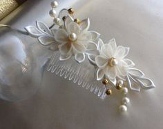 Hair Clip Ivory Kanzashi Flower With Pearls por LihiniCreations