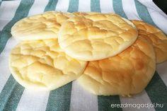 Pillekönnyű, lisztmentes kenyér, 15 perc alatt. Nagyon szuper, mindössze 3 összetevő kell hozzá, és teljesen szénhidrátmentes. A felhő kenyérként elterjedt kenyér helyettesítő számomra inkább egy pillekönnyű amerikai palacsintához hasonlít, csak épp sós változatban. Reggelire fogyasztottuk, szendvicsként. … Low Carb Recipes, Healthy Recipes, Healthy Food, Ciabatta, Kaja, Cantaloupe, Gluten Free, Food And Drink, Fruit